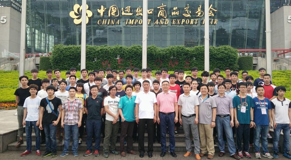 白云计算机网络应用学子服务广交会,提供信息系统保障进行课程实践项目合影