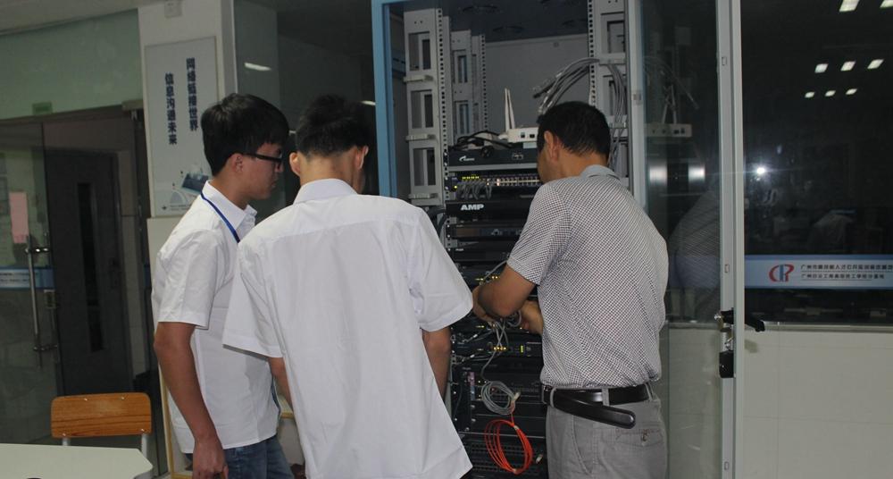 教师在实验室中演示网络设备连接
