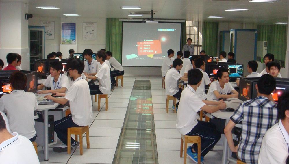 学生在白云网络信息安全实训室上实训课