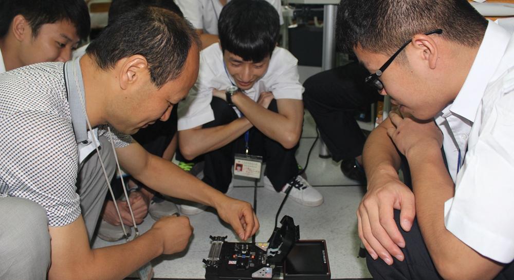学生在网络实验室中学习光纤熔接技术