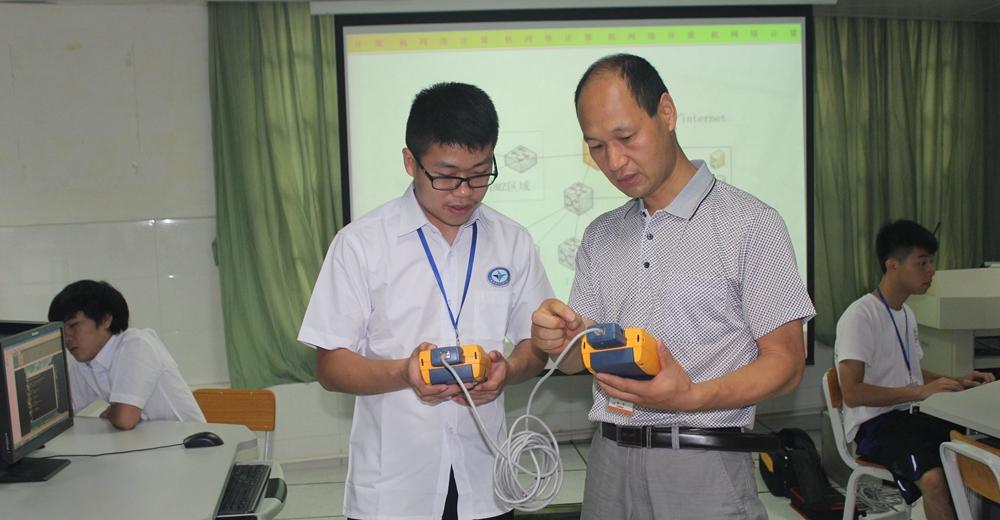 学生在网络实验室中学习网络测试仪使用方法