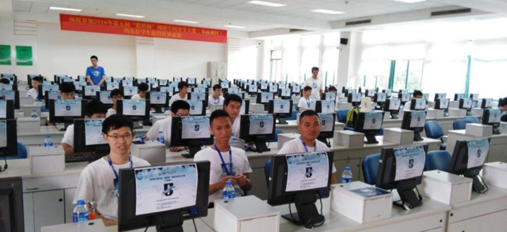 """计算机系网络专业学生在2016年华南区高校第五届""""蓝盾杯""""网络空间安全大赛现场"""